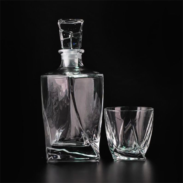 https://www.groomsmengiftsmart.com/irregular-design-whiskey-decanter-set-with-glasses